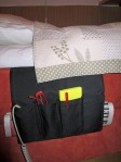 Hållare vid säng med kudde