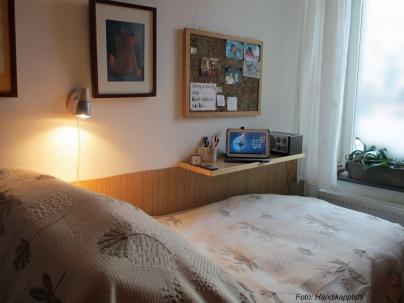 Säng och sängbord med text